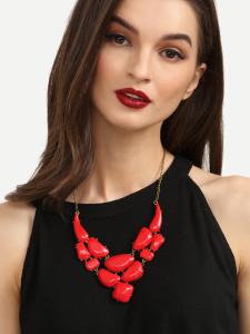 Черное платье с красными бусами