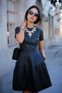 Черное платье с колье
