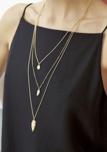 Черное платье с несколькими цепочками