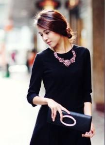 Черное платье с колье из розочек