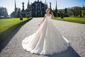 Пышное свадебное платье с фасоном, напоминающее треугольник