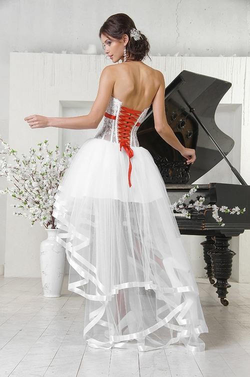 Короткое свадебное платье с контрастной лентой