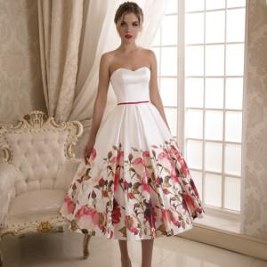 Короткое свадебное платье с яркими цветами