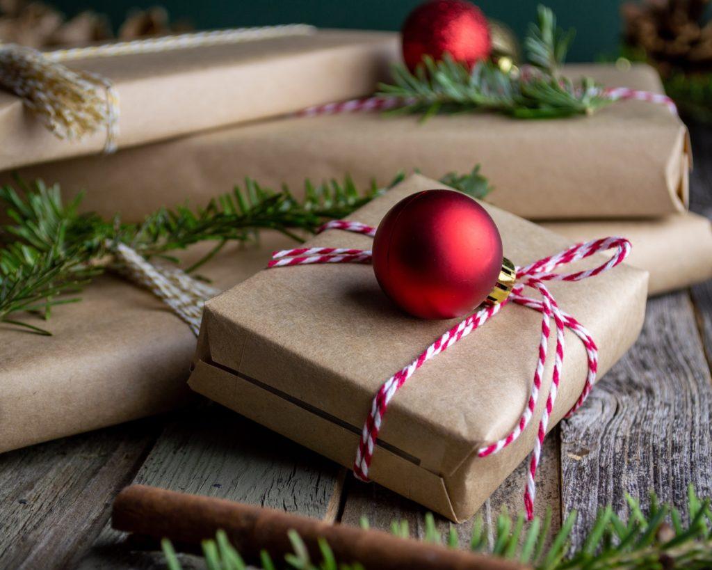 Необычное оформление подарка к зимним праздникам