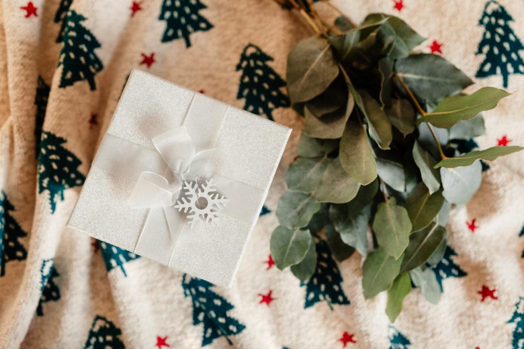 Оформление подарка к зимним праздникам