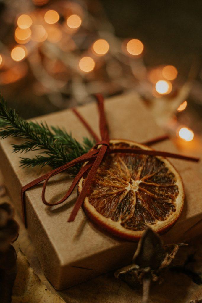 Оформление новогоднего подарка фруктами