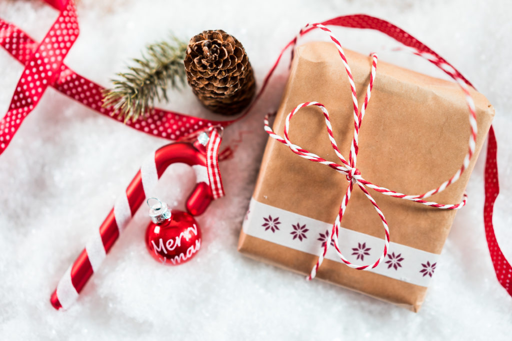 Красиво оформленный подарок к рождеству из обычной бумаги